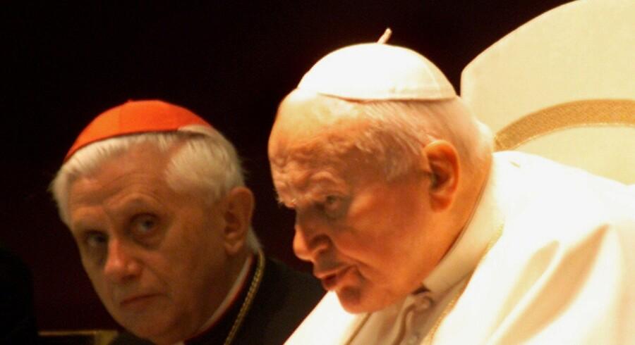 Her pave Benedict XVI (tv.), dengang han var kardinal Ratzinger og tjente under pave Johannes Paul II. Det var også dengang, han, i to omgange á seks år, forhalede sager om afskedigelse af to præster i USA som følge af omfattende seksuelt misbrug af børn og unge. I de i alt 12 år ventetiden varede, begik de to præster yderligere sexmisbrug.