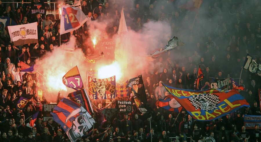 Basels tilhængerne afbrød kampen, da fyrværkeri blev smidt på banen.