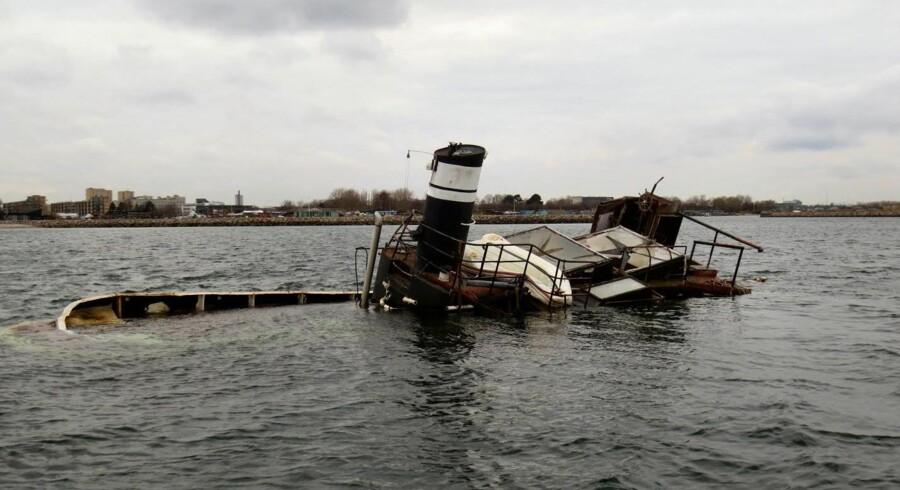 Sådan så slæbebåden ud tirsdag aften, da en lystsejler sejlede forbi i sin båd. Båden har tidligere givet store problemer for både Københavns Kommune og bestyrelsen i Amager Strandpark.