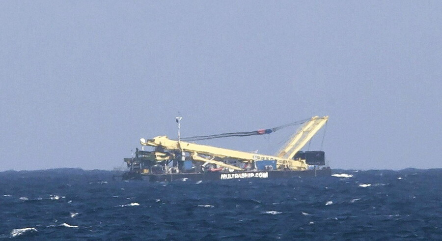 Her ses prammen med den store kran, som gav anledning til alarmen om et flystyrt på Gran Canaria.