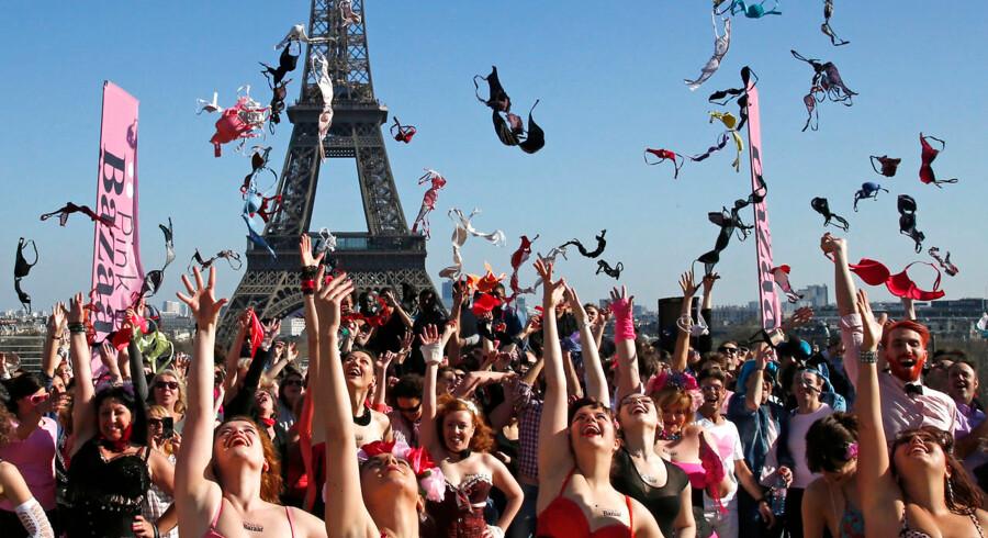 Turister på søndagsudflugt til Eiffeltårnet i Paris, fik søndag en speciel oplevelse. Der blev de nemlig mødt af en stor mængde kvinder, der synkront kastede med bh'er i kampen mod brystkræft. Arrangementet var det femte af slagsen og hedder 'Pink Bra Bazaar'. Her sætter kvinderne fokus på oplysning om brystkræft og støtte til de ramte.