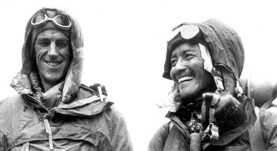 Sir Edmund Hillary (L) and Tenzing Norgay Sherpa viser deres udstyr frem efter deres sejr over Mount Everest i 1953.