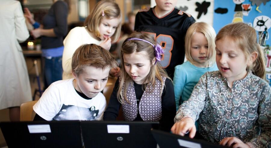 »Så gør du sådan her. Vi skal ind på Google.« 9-årige Anton Clausager Nygaard fra 2.b på Hellerup Skole viser sin søster Anna-Agathe fra 0.b, hvordan hun får en hvid hamster som baggrundsskærm. Sådan en vil hendes klassekammerat, Sofie Brøndum (th.), også gerne have.