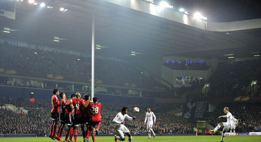 Tottenham Hotspur's Danish midfielder Christian Eriksen (R) scores his team's first goal from a free-kick during the UEFA Europa League round of 16 first leg football match between Tottenham Hotspur and Benfica at White Hart Lane in north London, on March 13, 2014. AFP PHOTO / GLYN KIRK