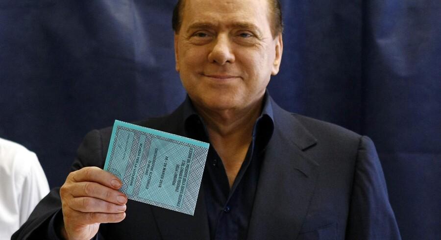 Silvio Berlusconi afgiver sin stemme i Milano.