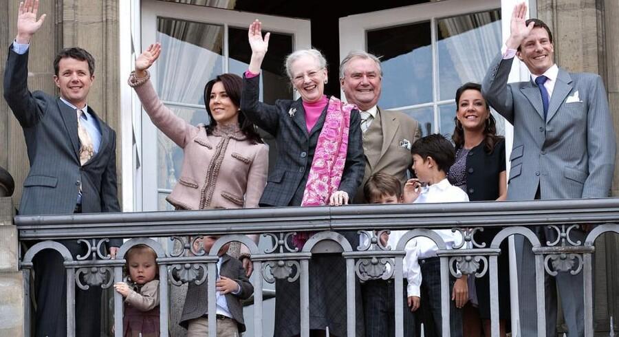 Dronningen og hendes familie hilser på de mange begejstrede fremmødte fra balkonen på Amalienborg på sin fødselsdag d.16.april sidste år.