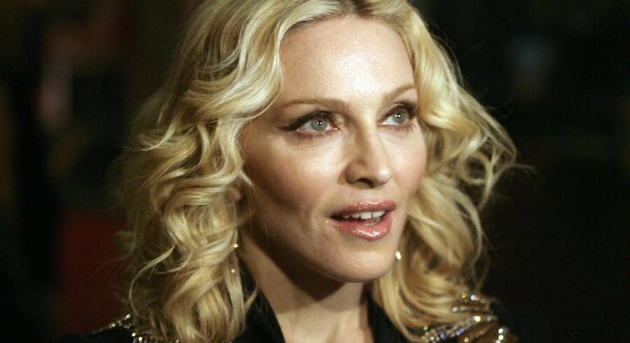"""Madonna poserer ved premieren på hendes meget lidt roste film """"Filth and Wisdom""""."""