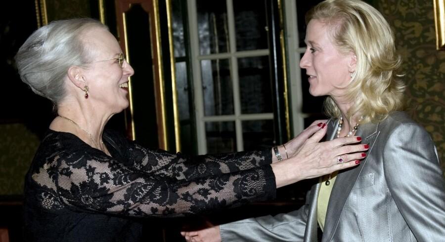 Dronning Margrethe hilser på sin niece prinsesse Nathalie efter prinsessens deltagelse ved OL i Kina sidste år. Nu er prinsessen gravid.