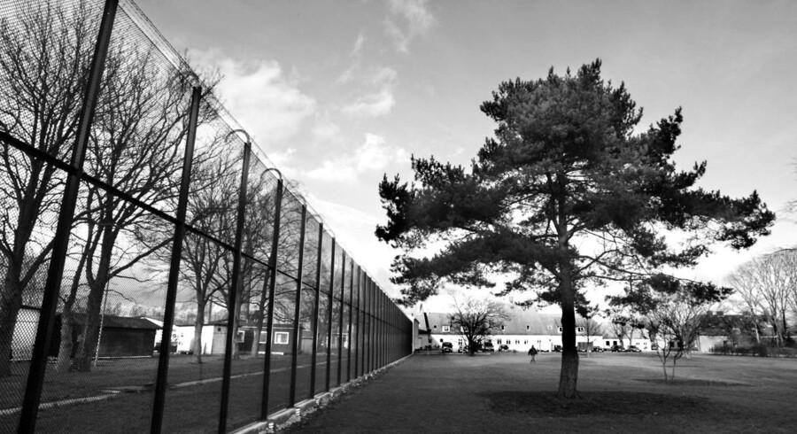 Kofoedsminde. Institution for udviklingshæmmede kriminelle i Rødbyhavn. Gården er omgivet af hegn og pigtråd, alligevel er det lykkedes de udviklingshæmmede at flygte adskillige gange de seneste år. Nu er en ansat også blevet forgiftet på stedet.