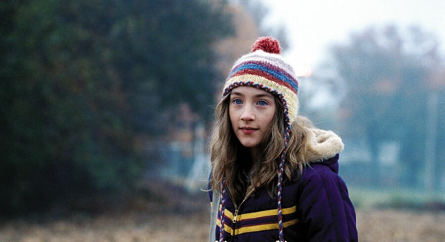 Irske Saoirse Ronan spiller hovedrollen som Susie Salmon, der bliver lokket ned i en hule af en brutal kvindemorder.