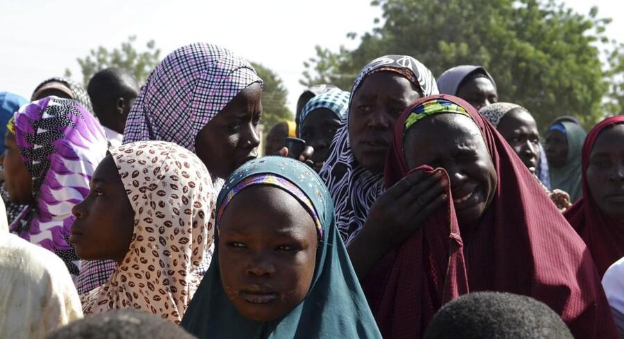 Den militante islamistiske gruppe Boko Haram har ifølge embedsmænd og øjenvidner onsdag angrebet byen Bama i det nordøstlige Nigeria og dræbt 47. Her er nigerianske kvinder på flugt ud af landet.