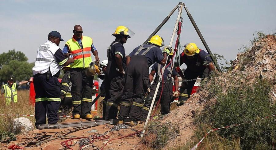 Sydafrikanske redningsarbejdere forsøger søndag at nå frem til mere end 200 illegale minearbejdere, der er fanget i en forladt underjordisk mineskakt i en forstad øst for storbyen Johannesburg.