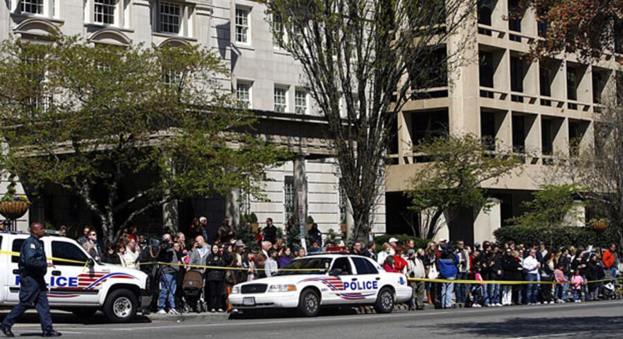 Udgifterne til at sikre præsidentens kirkegang er enorme, hvis det skal ske i Washington. Her politi og tilskuere uden for St. Johns Episcopal i påsken.