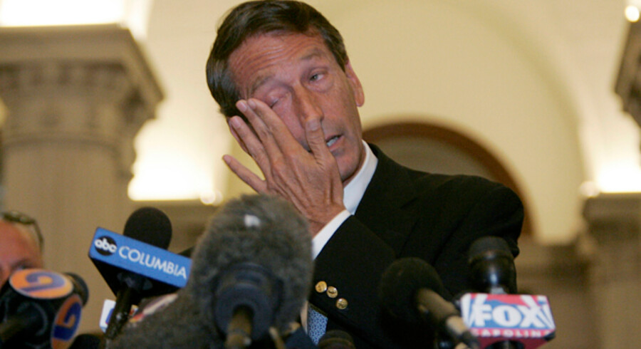 Mark Sandford forsøger at forklare sig på en pressekonference.