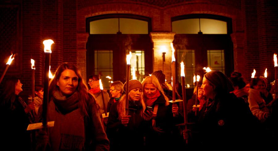 Organisationen Danner arrangerede mandag aften et fakkeloptog fra Danner Huset til Peblinge Sø, hvor der blev tændt 2.000 lys for 2.000 voldsudsatte kvinder.