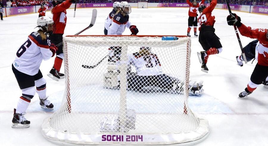 Canadas Marie-Philip Poulin (th) jubler efter at have scoret mod USA i kvindernes ishockeyfinale ved OL.