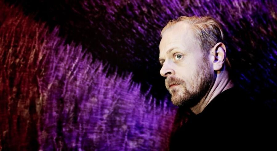 Carsten Bjørnlund i den bølgende lavendelmark, der dominerer Louise Becks flotte scenografi til familiedramaet »Sparta« på Teater V.