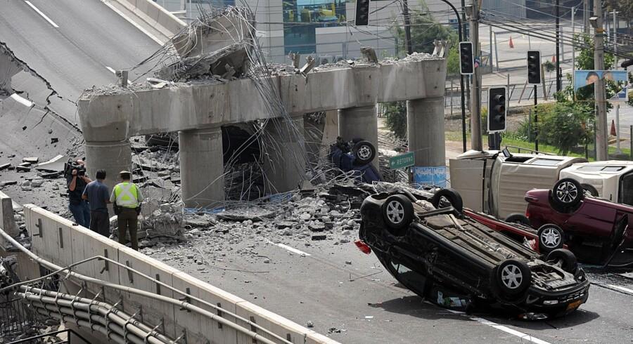 Biler er væltet rundt efter en motorvejsbro i Santiago de Chile styrtede sammen under jordskælvet 315 kilometer mod syd.