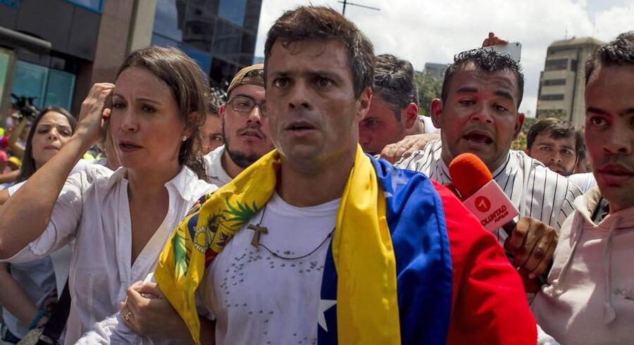 Venezuelas oppositionsleder Leopoldo Lopez trækker sit kandidatur til præsidentvalget.