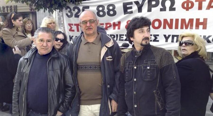 40-årige Dimitris (t.h.) og kollegerne fra det græske skattevæsen råber ingen slagord under den fredsommelige demonstration i hovedstaden, Athen, men myndighederne tager ingen sikkerhedsmæssige chancer i Grækenland, hvor flere fagforeninger har bebudet strejke og demonstrationer 10. og 11. februar i protest mod regeringens spareplaner.