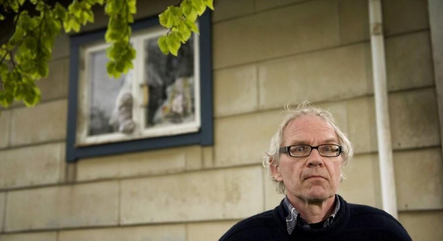 ARKIVFOTO. Lars Vilks udenfor sit hus i Höganäs, hvor han har været under beskyttelse og tidligere været udsat for angreb.