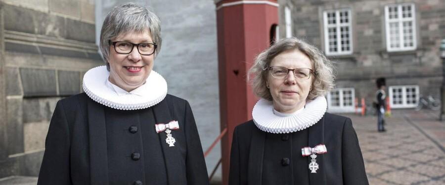 Provst i Stege-Vordingborg provsti Mette Magnusson (th) og provst i Greve-Solrød provsti Anne Bredsdorff takkede begge for ridderkorset.