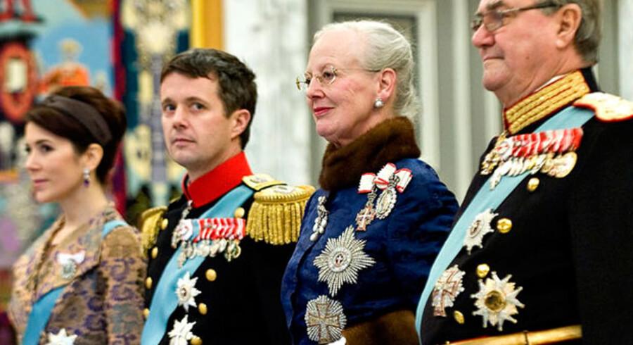 Kongefamilien skulle trække en sikker ændring af tronfølgeloven igennem for regeringen. Men det ser ikke ud til at lykkes.