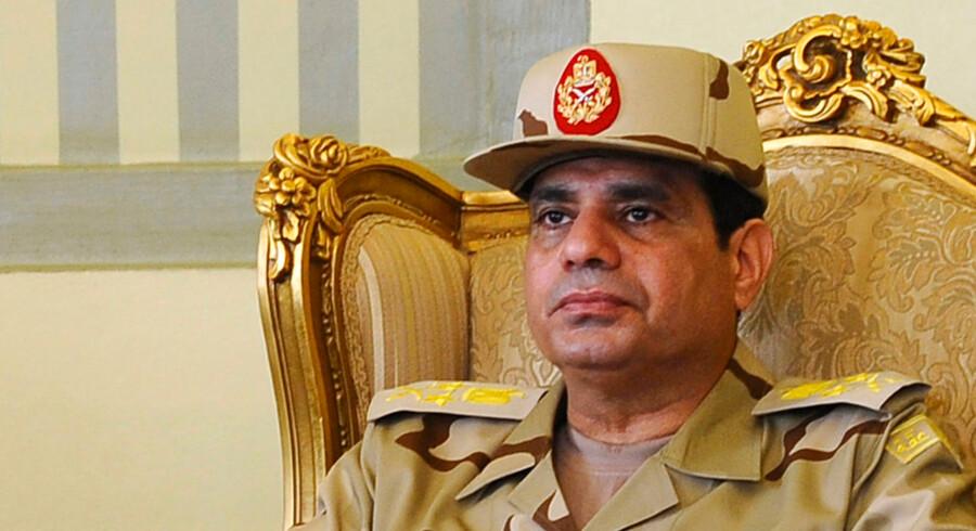 ARKIVFOTO. Egyptens forsvarsminister og magtfulde general, Abdel Fattah al-Sisi, er blevet forfremmet til feltmarskal og ventes ifølge embedsmænd at melde sig som kandidat til det kommende præsidentvalg inden for kort tid.