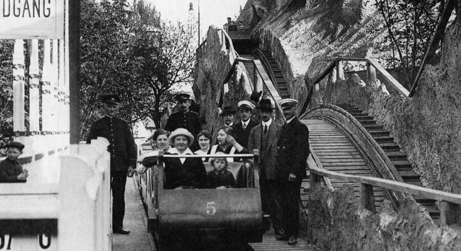 Rutchebanen i tivoli fylder 100 år. I den anledning har man genopbygget de oprindelige bjergtinder. Billedet her er fra 1915.