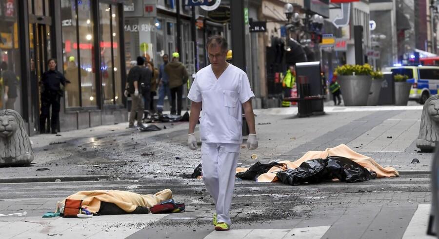 Døde og sårede i det centrale Stockholm, efter en lastbil kørte ind i en menneskemængde på Dronninggatan, som ses på billedet her.