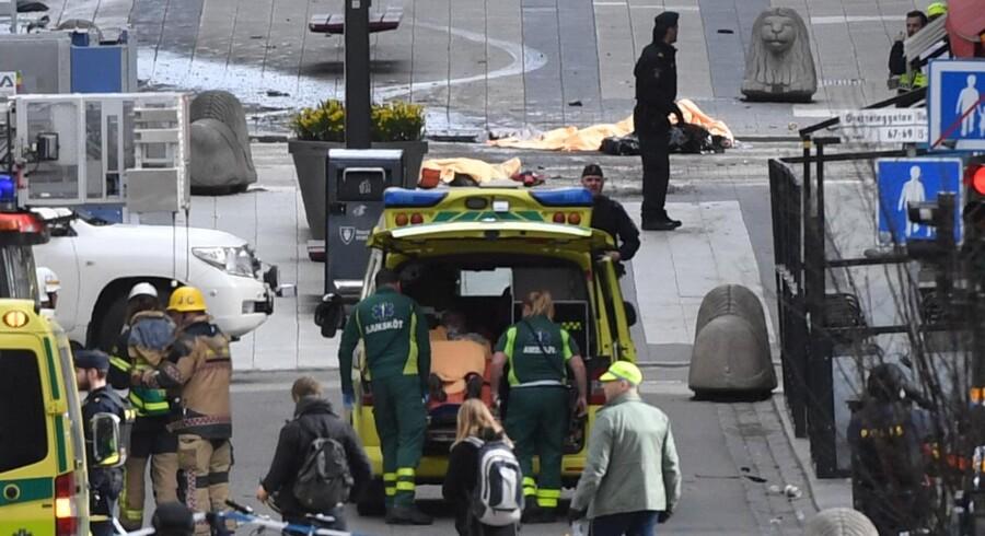 Flere personer er omkommet i det centrale Stockholm, oplyser svensk politi ifølge Reuters. Politiet mistænker, at der er tale om et terrorangreb, skriver SVT.
