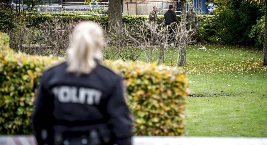 Politiet har modtaget lige knap ti henvendelser, efter at bygningsarbejdere mandag fandt liget af et spædbarn i et grønt område i Glostrup.