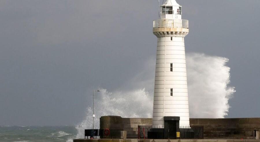 En person er omkommet i Irland, efter at orkanen Ophelia har bevæget sig mod Irland fra Sydeuropa.