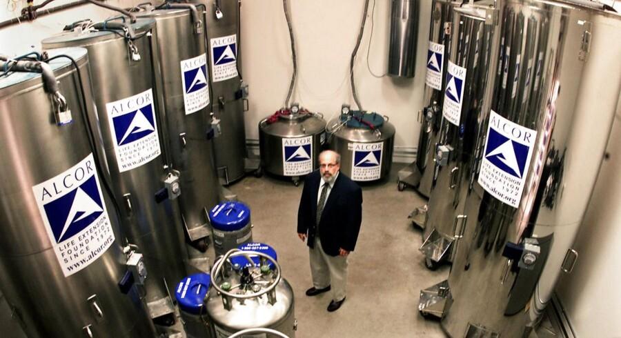 Arkivfoto: Dr. Jerry Lemler, der er øverste chef for Alcor Life Extension Foundation, som er et af de centrale kryogenetik-selskaber i USA, poserer i en afdeling i hovedkvarteret, hvor hoveder og organer fra 49 personer holdes på køl.