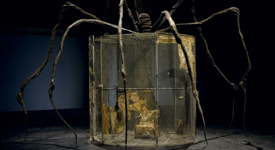 Louise Bourgeois blev verdenskendt som edderkoppekvinden, fordi hun skabte en række skulpturer forestillende edderkopper. Her er en af dem kombineret med en af hendes »Cells«. Skulpturen hedder »The Spider« og er fra 1997.
