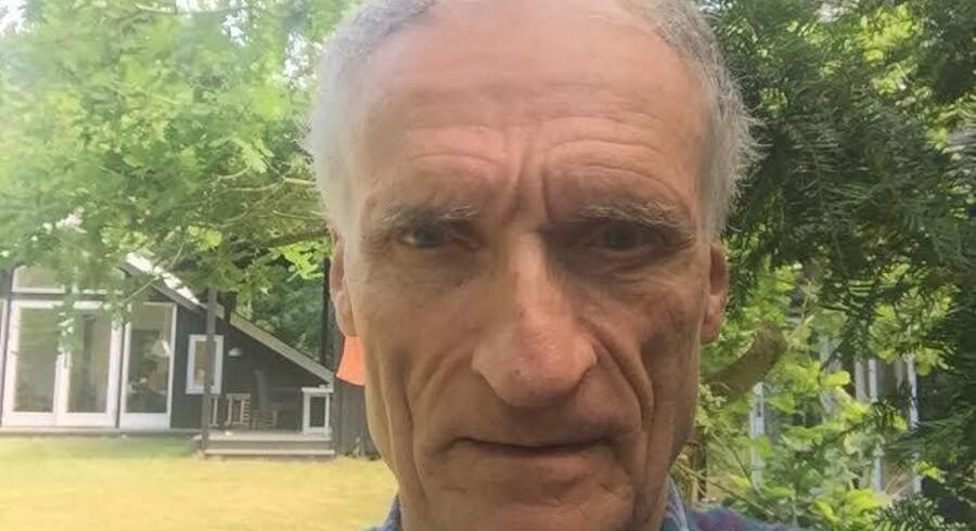 Kulturminister Bertel Haarder på en selfie fra sin sommerhushave.
