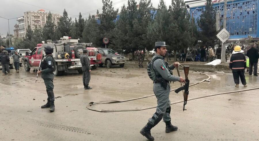 Et selvmordsangreb uden for en bryllupshal har rystet den afghanske hovedstad, Kabul. Mindst syv er dræbt og et ukendt antal er såret, oplyser embedsmænd.