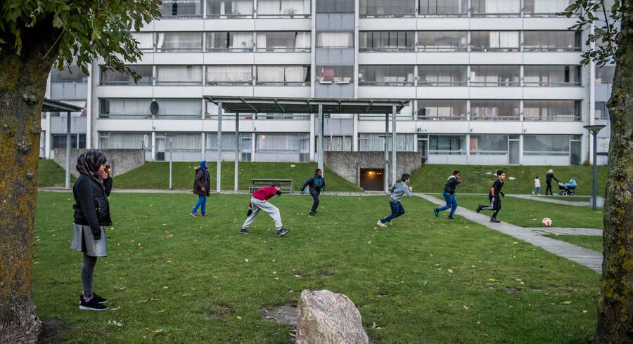 Arkivfoto: RB plus. Fire nye kvarterer stemples som ghettoer. Boligområder i København, Odense, Sønderborg og Aarhus er nye på regeringens ghettoliste, mens 13 andre har optrådt på den siden den første opgørelse i 2010. Arkivfoto En gruppe unge unge spiller en omgang eftermiddagsfodbold på en af plænerne i Vollsmose. I denne runde er det tyrkerne mod somalierne.. (Foto: Asger Ladefoged/Scanpix 2016)