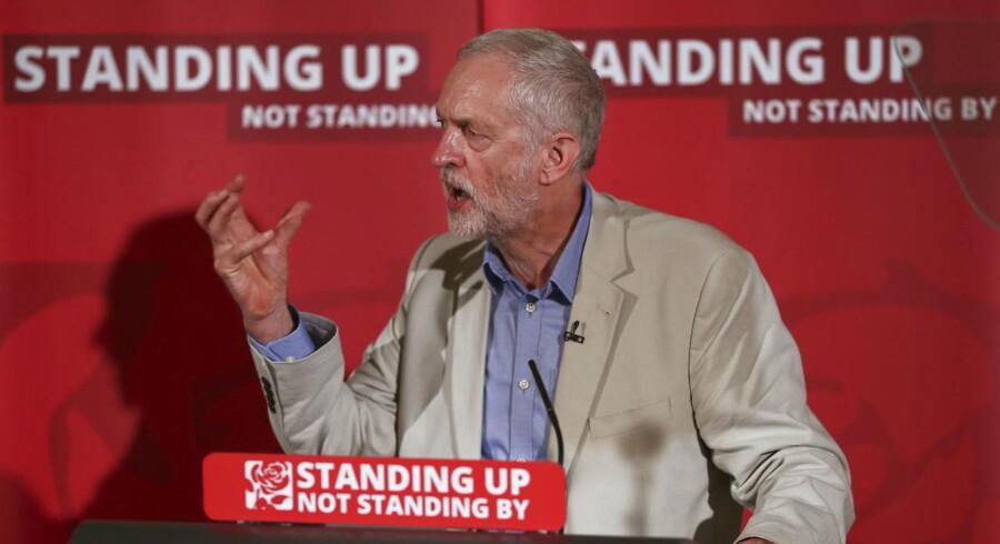 Op mod halvdelen af medlemmerne i det britiske arbejderparts skyggekabinet er parate til at træde tilbage i forsøget på at tvinge Jeremy Corbyn til at gå af som partileder efter hans voldsomt kritiserede indsats under kampagnen op til EU-folkeafstemningen. Reuters/Neil Hall