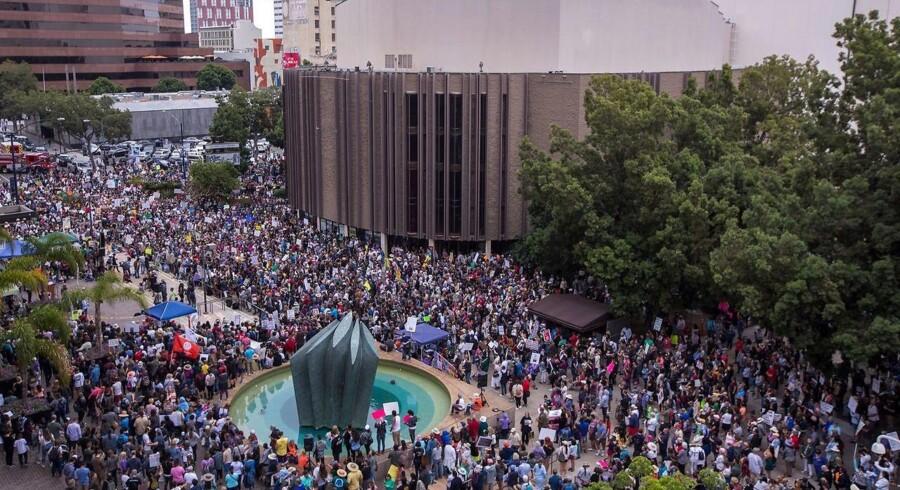 Arkivfoto: Folk samlede sig i San Diego den 23. juni 2018 for at protestere mod Trumps skrappe grænsepolitik, der har adskilt tusindvis af invandrerbørn fra deres forældre. / AFP PHOTO / DAVID MCNEW