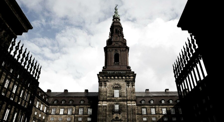 Embedsmænd blandt andet på Slotsholmen i København, hvor flere af de store ministerier ligger, skal ikke forvente at slippe fra mails og telefonopkald om søndagen.