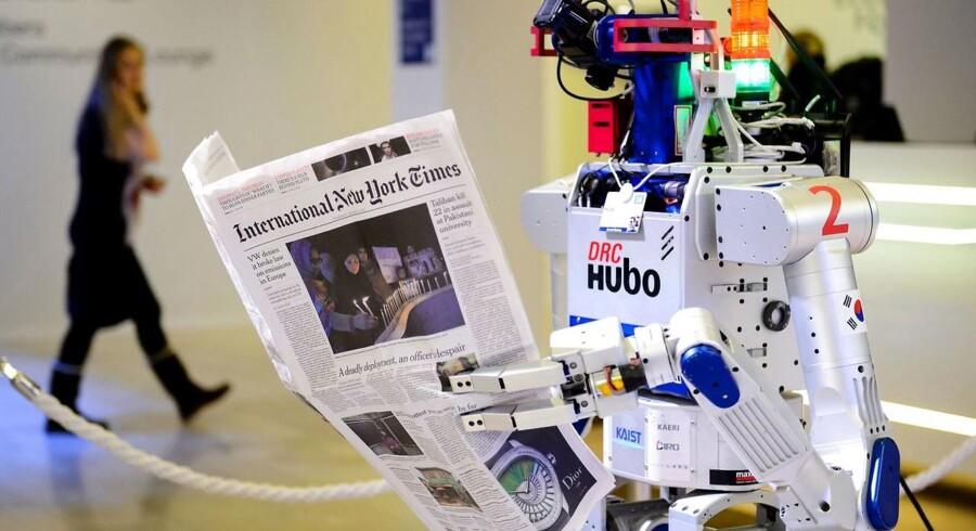 Kunstig intelligens er blandt andet robotter. Denne af slagsen blev i januar i år vist på det verdensøkonomiske topmøde i Davos i Schweiz, hvor man drøftede, hvad mere eller mindre selvtænkende robotter kunne betyde for fremtidens arbejdspladser - og antallet af dem. Arkivfoto: Fabrice Coffrini, AFP/Scanpix