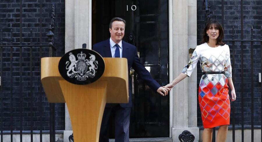 David Cameron kommer ud af Downing Street 10 med sin kone, Samantha, inden pressemødet, hvor han annoncerede sin afgang.