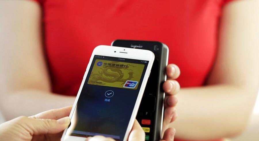 Apple lancerer 18. februar sin mobilbetalingstjeneste Apple Pay i Kina, så man kan betale med de nyeste iPhone-telefoner. Arkivfoto: Damir Sagolj, Reuters/Scanpix