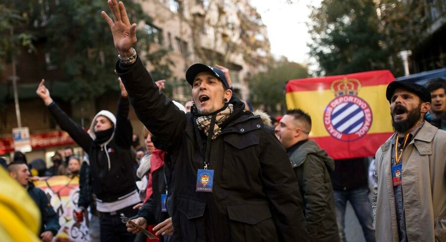 En nyfascistisk aktivist »heiler« i forbindelse med en demonstration uden for det catalanske separatistparti CUPs hovedkvarter i Barcelona. / AFP PHOTO / Josep LAGO