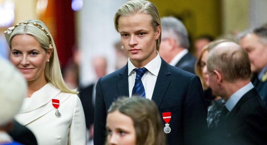 20 årige Marius Borg Høiby sammen med sin mor, kronprinsesse Mette-Marit. Kronprinsessen har fredag offentliggjort et åbent brev, hvor hun beder pressen om at lade sin søn være i fred.