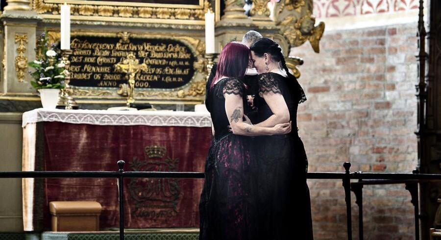 Nu bliver transkønnede fjernet fra listen og psykisk syge. Her ses Cecillia Mundt og Isabel Storm, der blev det første danske transkønnede par til at holde bryllup i den danske folkekirke.