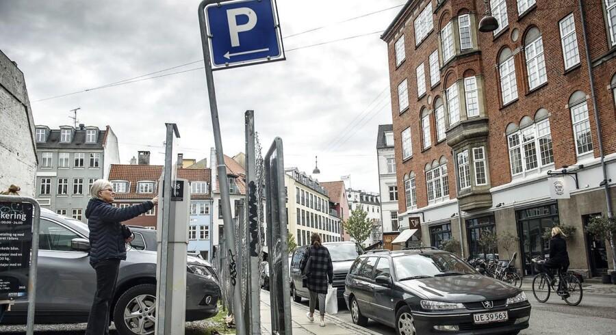 Parkering Ny Østergade. Prisen på parkering i Købanhavn og andre steder ventes at gå op efter en ny aftale mellem regeirngen og Dansk Folkeparti..