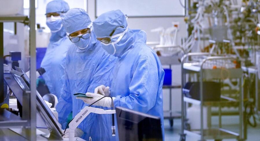 Medicinalselskabet Sanofis opkøb af Bioverativ er et af januars megakøb. Her ses Sanofi-forskere med den første udgave af en vaccine mod denguefeber. Arkivfoto: Robert Pratta/Reuters