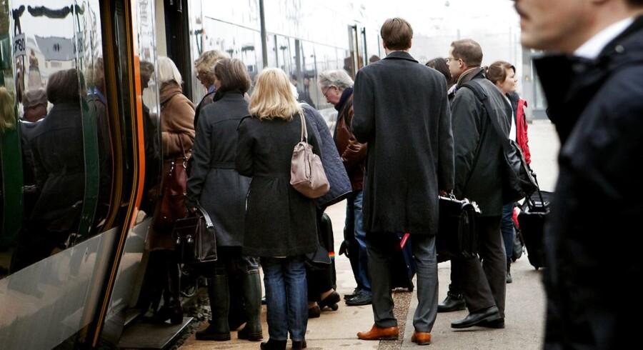 Arkivfoto af pendlere på Kystbanen.